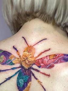 短发女生后背七色彩蜜蜂纹身图案