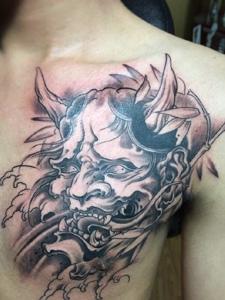 处在男士胸口的经典般若纹身图案