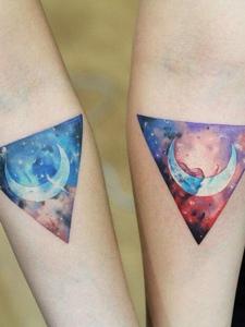 炫酷多彩的手臂几何月亮情侣纹身刺青