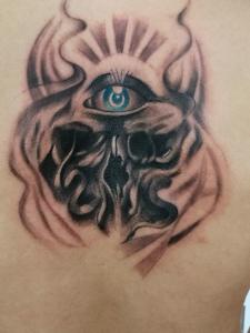 后背眼球與骷髏結合的紋身圖案