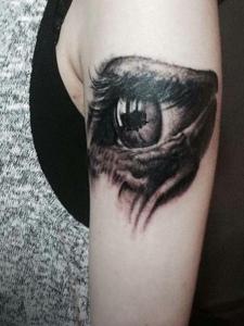 手臂3d眼球纹身图案十分逼真精致