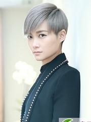 李宇春染发发型 灰色系演绎二次元少年