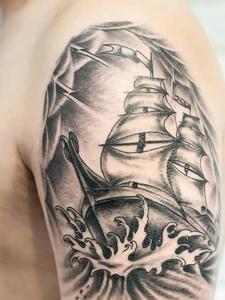 大臂黑白帆船纹身图案个性十足