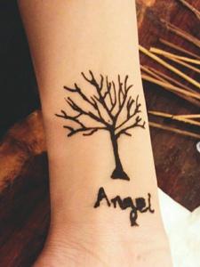 英文名字与小树一起的手臂纹身刺青
