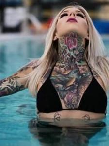 酷热的夏天配上纹身刺青去度假
