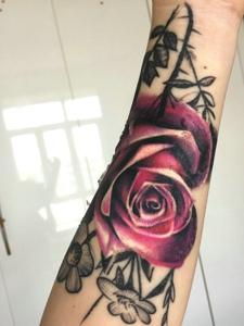 手臂一朵精致的玫瑰花纹身刺青