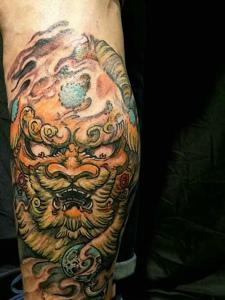 包小腿传统彩色天降雄狮纹身图案