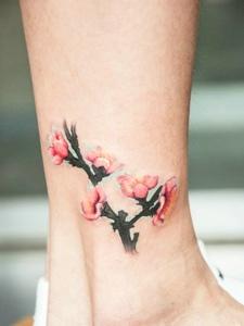 清新可人的裸腳梅花紋身刺青
