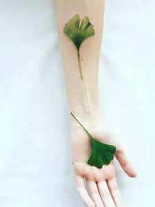 一模一样的手臂3d一片绿叶纹身刺青