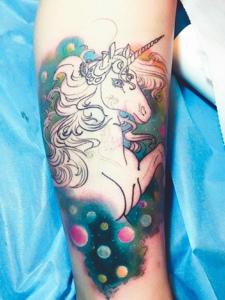 包小腿一匹活泼的白色骏马纹身图案