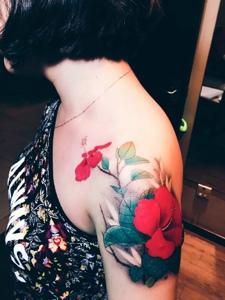 精致美妙的香肩扶桑花紋身刺青