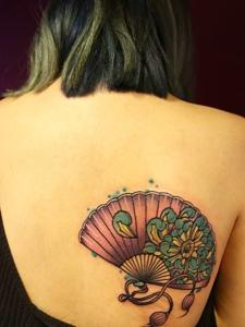 后背一把彩色扇子纹身刺青很独特