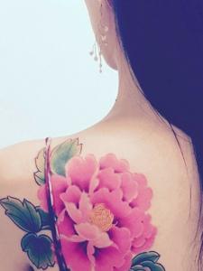 吊带美女后背艳丽的牡丹花纹身刺青