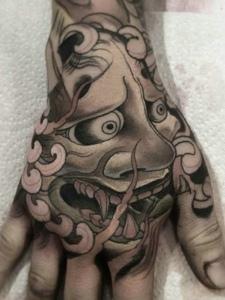 手背铺满着传统小般若纹身图案