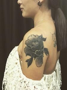 时尚美女香肩里的牡丹花纹身刺青
