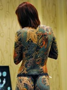 个性女孩满背疯狂的大邪龙纹身图案