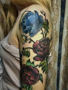 时髦女孩的花臂花朵纹身刺青很抢镜