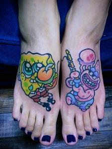 双脚背可爱的彩色卡通纹身刺青