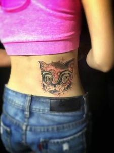 女生腰部上的小花猫纹身图案