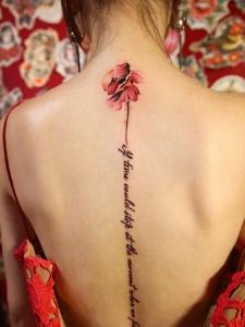 花朵與英文一起的脊椎部紋身刺青