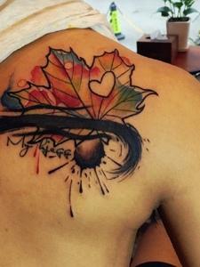 水彩泼墨后背树叶纹身刺青春有活力