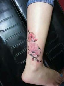 小腿外側漂亮的彩色梅花紋身圖案