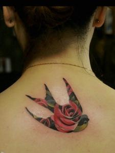 背着玫瑰的小燕子后背纹身刺青