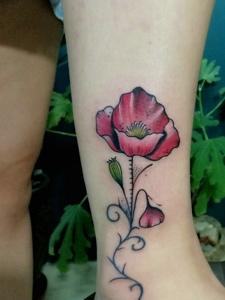 女孩脚腕的小清新罂粟花纹身刺青