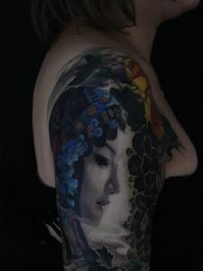 传统精致的大臂彩色花旦纹身刺青