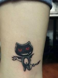裸脚处可爱迷你小黑猫纹身图案