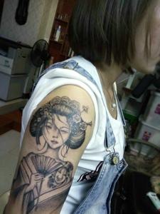 女子手臂一枚花妓纹身图案