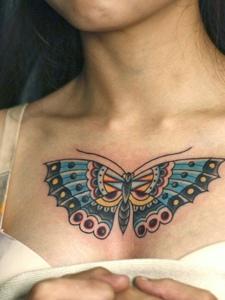 女生胸前彩色蝴蝶纹身图案很漂亮
