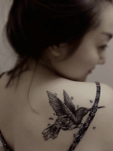 高颜值美女后背一只小鸟纹身图案