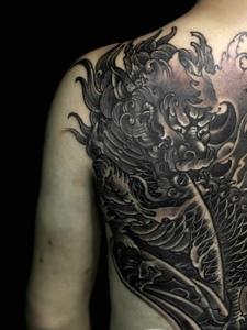 遮盖半个背部的传统麒麟纹身图案