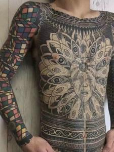 隐瞒全部身上的全身图腾纹身刺青