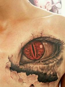 胸前3d眼球纹身刺青非常的逼真