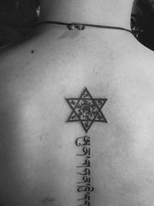 脊椎部幾何與梵文一起的紋身圖案