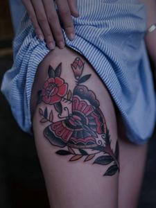 蝴蝶与玫瑰一起的花腿纹身图案