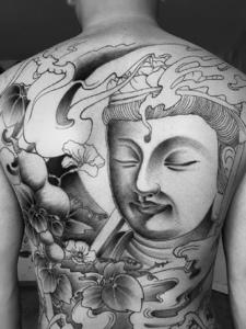 满背黑灰大佛祖纹身图案个性十足