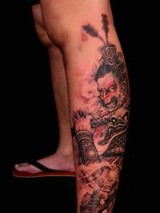 小腿处个性狂妄的齐天大圣纹身图案