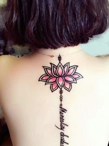 性感女生脊椎部英文與蓮花紋身刺青