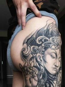 臀部外侧个性的佛像纹身图案