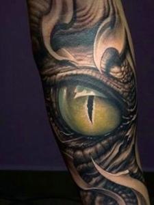花臂3d眼球纹身图案很逼真