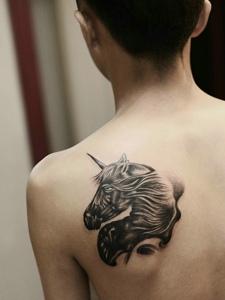 男士后背一匹独角兽纹身图案