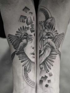 拼接而成的手臂黑灰纹身图案