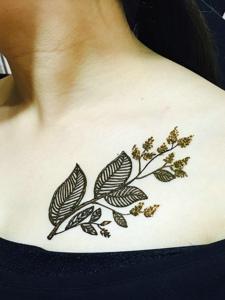 女生鎖骨下的唯美樹葉紋身圖案