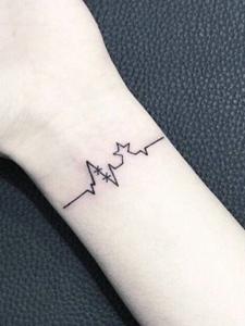 手腕小清新心电图纹身图案很大方