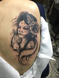 后背美女花妓纹身图案很诱人