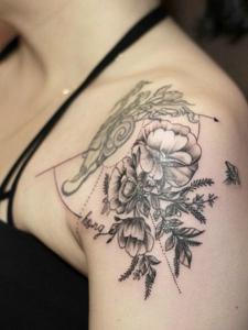 肩膀上的新时髦花朵纹身图案
