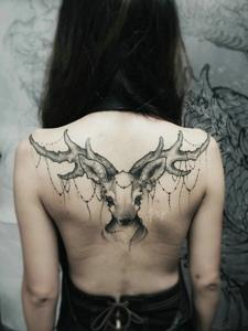 長發女孩后背可愛小鹿紋身圖案